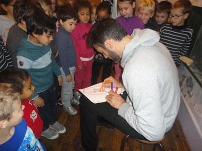 Gil Alma dessine sa basket.