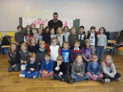 Gil Alma avec la classe de CE1
